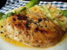 Kuřecí prsíčka omyjeme a osušíme. V misce smícháme bylinky, česnek a špetku soli. Ze studeného másla nakrájíme hranolky a obalíme je v... Food And Drink, Turkey, Treats, Chicken, Cookies, Recipes, Foods, Hardanger, Peru