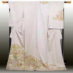 〔品質〕 ・絹100%使用しております。 ・本染め ・日本製 ・丹後ちりめん ・日本の絹スタンプ ・肩身丈:約182cm ・生地幅:約37.5cm 淡い桜色の地色に雲取り、さまざまな草花が配された控えめなデザインの訪問着でございます。落ち着いた色みは年齢を選ばず、親子にわたってお召しいただけます。 〔コメント〕 一流染元『染の北川』謹製の一枚でございます。 それぞれが味のあるお色で染め上げられており、一言では言い表せない染めの美をご堪能いただける逸品となっております。 この寸分狂わぬ様は見事な仕事ぶりを、ぜひお手元でお確かめくださいませ。 ◆株式会社 染の北川 『女性を高潔に美しくする』 きものを作るため、全てにおいて妥協しないのが北川です。 素材の開発、デザインや色彩の構想、それらを結集して形にする技術・・・京友禅の伝統を受け継ぎつつ、現代に沿った手法も果敢に取り入れ、他には無い斬新さと力を持った本物のきもの作りを目指しています。 (染の北川ホームページ参照)