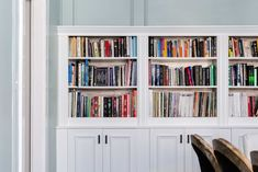 This IKEA DIY hack is budget friendly and will save you money if you want to install a built in bookcase in your home. Custom built in bookshelves are expensive, but this trick uses IKEA BILLY Bookcases and IKEA SEKTION cabinets. Home Office Decor, Ikea Hack, Furniture Hacks, Diy Furniture Hacks, Diy Apartments, Bookcase Diy, Kitchen Furniture Design, Ikea Furniture Assembly, Built In Bookcase