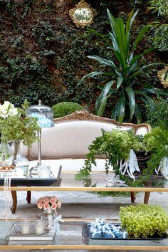 Partindo do tom de azul comum nos anos 60, a Enjoy Festas criou para este editorial uma ambientação com perfume vintage para um casamento no jardim. As flo