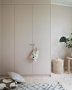 Such a perfect DIY of Ikea Pax closets. Closet Ikea, Kid Closet, Closet Bedroom, Kids Bedroom, Bedroom Decor, Bedroom Sets, Bedding Sets, Closet Built Ins, Built In Wardrobe