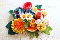 フェリシモ(株) クチュリエとPieniSieniがコラボ!フェルトお花のキットを企画開発させて頂きました。巻く、貼る、固めるなどの技法でお花を表現します。裁断が難しい部分のフェルトは型抜き済みになっています。工作気分で気軽に作る事が出来ます。felt flower brooch corsage by PieniSieni
