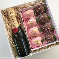 Valentine's Day Strawberry and Champagne Gift Box For Him or Her Valentine Desserts, Valentine Chocolate, Valentines Diy, Valentine Day Gifts, Chocolate Dipped Strawberries, Chocolate Covered Strawberries, Strawberry Box, Wine Gift Boxes, Candy Bouquet