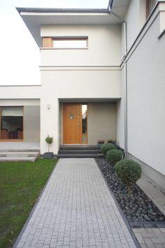 Przeglądaj zdjęcia z kategorii: nowoczesne Domy, dom po przebudowie. Znajdź najlepsze pomysły i inspiracje dla Twojego domu. Exterior Design, Interior And Exterior, Design Studio, House Design, Side Yard Landscaping, Driveway Design, Villa, Modern Garden Design, House Entrance