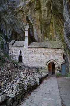 Chapelle Notre-Dame de Cénaret est nichée sous un immense rocher au cœur du village Saint-Chély du Tarn.