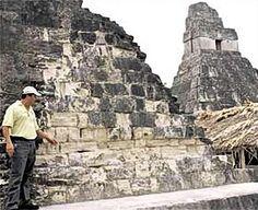 Un aspecto sorprendente de las grandes estructuras mayas es su carencia de muchas tecnologías avanzadas que podrían parecer necesarias para tales construcciones. Careciendo hasta de herramientas de metal, la arquitectura maya requería una cosa en abundancia: fuerza humana.Toda la piedra para las estructuras mayas parece haber sido piedra caliza que, recientemente extraída, permanecía suficientemente blanda como para ser trabajada con herramientas de piedra, y sólo se endurecía pasado un tiem...