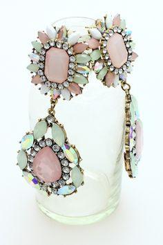 Bardzo efektowne, cudownie lśniące, duże kolczyki - sztyfty, ozdobione pastelowymi oraz błyszczącymi kamieniami.