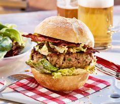 Typisch schweizerisch kommt dieser Grill-Burger daher: Wir verfeinern ihn mit Gruyère oder Emmentaler.