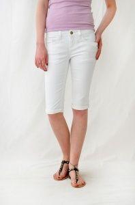 Pantaloncini bianchi da donna in stile ciclista, firmati Monkee Genes. Pantaloncini aderenti, ideali da indossare come sono o arrotolati.