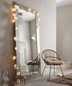 grand miroir argent juste posé + possible application de la lumière j'adore la chaise avec la peau dessus
