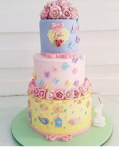 """2,884 curtidas, 15 comentários - @cassianedorigon (@ideiasdebolosefestas) no Instagram: """"A delicadeza em um bolo. Bela inspiração para festa jardim. Por@adrianabbocado. #festainfantil…"""""""