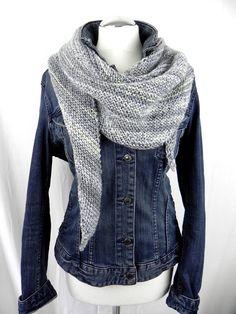 Lässiges SchalTuch Graublau - perfekt zur Jeans Dieses Schaltuch hat eine leicht asymmetrische, langgezogene Dreiecksform. mit kleiner Lochmusterkante an der längsten Seite Handgestrickt...