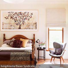 Dieses romantische Schlafzimmer lädt zum entspannten Winterschlaf ein! Das dunkle Holzbett mit gedrechselten Pfosten, das Tierfell als Bettvorleger und der…