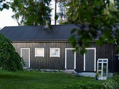 Suosikkibloggaaja Varpunen, Susanna Vento järjesti maalaustalkoot ja kesäpaikan navetta sai vahvan mustan sävyn pintaansa Teho-öljymaalilla. Stairs And Doors, Heron, My Dream Home, Scale, Shed, New Homes, Outdoor Structures, Interior Design, Outdoor Decor