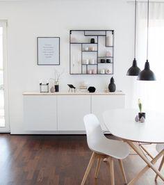 Schaut mal rechts und links vom Sideboard: Sonne! | SoLebIch.de Foto: Sori writes #solebich #einrichten #einrichtungsideen #dekoration #deko #interior #interiordecor #interiorideas #ideas #wohnen #wohnideen #home #esszimmer #wandgestaltung #wohnzimmerideen #weiß #schwarz #scandinavian #esstisch #diningroom