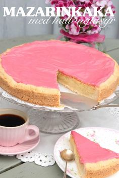 Mazarine tart - a Swedish almond classic but the glaze is usually colorless - give me a shout if you need translation Swedish Dishes, Swedish Recipes, No Bake Desserts, Delicious Desserts, Baking Recipes, Cake Recipes, Sandwich Cake, Different Cakes, Norwegian Food