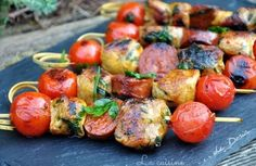 Skewers of filet mignon, chorizo ​​and yellow cherry tomatoes - Doria& cuisine - Sot-l& skewers, chorizo ​​and cherry tomatoes - Greek Recipes, Meat Recipes, Italian Recipes, Appetizer Recipes, Cooking Recipes, Italian Foods, Chicken Recipes, Barbacoa, Receta Bbq