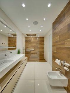 begehbare Dusche mit Glaswand und Fliesen in Holzoptik