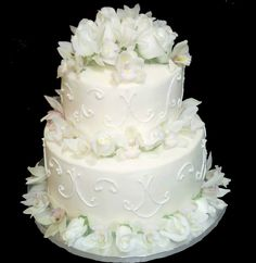 White wedding cake. Two tiers. Fresh flowers. House of Sweetness