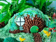 Lord of the Rings-inspired hobbit house birthday cake! Make this birthday cake for any Lord of the Rings enthusiasts, and Hobbit fans of Sam, Frodo, Pippin and Merry.