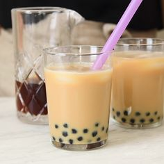 Here is a simple bubble tea recipe (boba tea recipe) that shows how you can make this milk tea and tapioca pearl beverage at home! Milk Tea Recipes, Iced Tea Recipes, Drink Recipes, Boba Recipe, Taro Milk Tea Recipe, Basic Iced Tea Recipe, Tartiflette Recipe, How To Make Bubbles, Bubble Tea