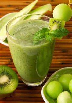 vitamina de banana, melão, kiwi e iogurte