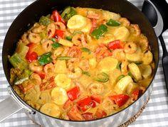 Kreolska räkor - gryta med räkor, cyrry, grädde och ananas. En jättegod och enkel rätt från New Orleans med räkor, curry, paprika, ananas, bananer och grädde.