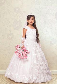 REF.14-26 Vestido de primera comunión entero, manga rodada, su falda lleva unos lindos boleros en la parte delantera, incluye guantes y corona.  Éste vestido además de ser precioso es cómodo de llevar.