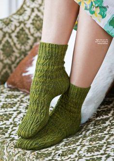 Вязание носков Portreath выполняется нежным узором из скрещенных перемещающихся петель; но стоит вывернуть носки, и полотно имеет тонкую текстуру, которое также в равной степени красиво. Вязание подошвы платочной вязкой также позволяет носить носки в любом из этих вариантов.
