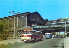 Ein Fleischer S2, dahinter ein Ikarus 311 am S-Bahnhof Friedrichstaße, Berlin