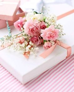Gift wrapping with fresh flowers...carnations and baby's breath, so affordable | from Ana Rosa