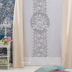 Lino bianco e schema su carta a quadretti, per realizzare il tendone con inserto ad uncinetto filet centrale con motivo fiori.