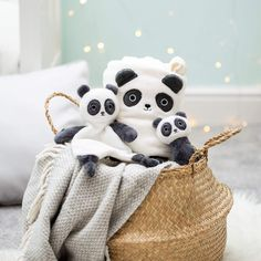 This adorable fleece baby blanket is part of our Kawaii Friends collection and is a must-have for any little one's bedroom. Soft and loving, perfect for gifts for babies and children. You have the OSO PANDA model and SWEET DREAMS Material Polyester. New Baby Presents, New Baby Gifts, Cream Nursery, Fleece Baby Blankets, Sass & Belle, Baby Comforter, Baby Rattle, Cute Gifts, Pandas