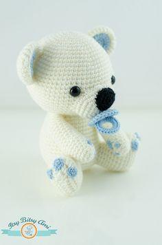 Chiar dacă pe la noi încă nu e zăpadă, acest ursuleț ne face o vizită de la Polul Nord.  E mic, e alb, are lăbuțele asortate cu suzeta - ce poate fi mai drăgălaș de atât?  Enjoy   FollowShare