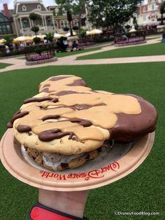 Disney World Food Hack: The Mickey Ear Cookie Ice Cream Sandwich Mickey Ice Cream Sandwich Comida Disneyland, Best Disneyland Food, Disney Desserts, Disney Snacks, Disney Recipes, Ice Cream Cookie Sandwich, Ice Cream Cookies, Think Food, Love Food
