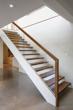 Beautiful Home Ideas: Beautiful Home Ideas With Glass And Wooden Staircase Design Wooden Staircase Railing, Glass Stair Railing, Glass Bannister, Wood Handrail, Bannister Ideas, Glass Handrail, Concrete Staircase, Staircase Ideas, Glass Balustrade