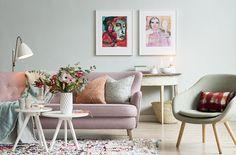Matcha konst med detaljer! Plocka upp toner ur tavlor och matcha med kuddar, plädar och växter. En mjuk väggfärg kan framhäva bilderna och binda ihop inredningen på ett harmoniskt sätt. Tavlorna av konstnären och skådespelerskan Birgitte Söndergaard är exklusivt framtagna för LEVA&BO – i begränsad upplaga. Klicka på bilden för att handla i LEVA&BO:s webbutik! Styling Maria Löw Foto Joachim Belaieff