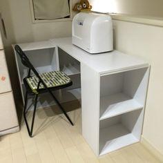 Shelves for switching between sewing machines Diy Kitchen Storage, Craft Room Storage, Home Organisation, Room Organization, Space Saving Furniture, Cool Furniture, Diy Regal, Chic Desk, Small Space Storage