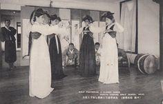 Chosen Dancing Girls School, Heijo (Pyongyang) Korea 1920's 平壌  妓生學校
