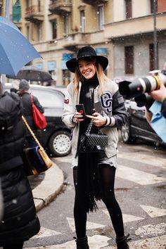 Fotos de street style en Milan Fashion Week: Beisbolera y 2.55 de Chanel