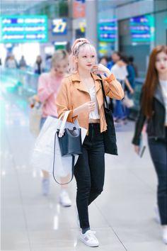 "Wonder Bunny on Twitter: ""190928 ICN 온다  #에버글로우 #EVERGLOW  #온다 #OnDa  #조세림… "" Korean Airport Fashion, Korea Fashion, Kpop Fashion, Girl Fashion, Style Fashion, Fall Fashion Trends, Spring Fashion, Fashion Bloggers, Petite Fashion"