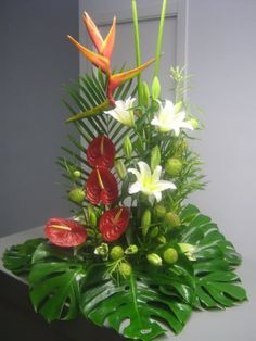 Re: Arte Floral 2009 nuevas composiciones con fotos y paso a pasHola cielo, me alegro que tu mami esté algo mejor. No te he dicho nada en el post de las... Creative Flower Arrangements, Tropical Floral Arrangements, Unique Flower Arrangements, Ikebana Flower Arrangement, Unique Flowers, Exotic Flowers, Floral Centerpieces, Beautiful Flowers, Simply Beautiful