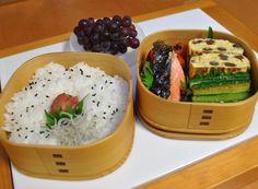 お弁当 *焼き魚(鮭) *きゅうりの和え物 *玉子焼き *プチトマト *デラウェア