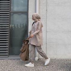 "Instagram'da Ecmel Kılıç: ""Bir arkadaş ziyareti 💫 Gömlek kodu:1035566"" Hijab Hipster, Hipster Fashion, Hijab Jeans, Hijab Style Tutorial, Hijab Fashionista, Office Outfits Women, Casual Hijab Outfit, Hijab Fashion Inspiration, Muslim Fashion"