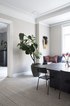 At home with fashion designer Yvonne Kone in Copenhagen - Fashion designer Yvonne Koné in Copenhagen is preparing for a constant flow of new colors and thin - Kitchen Interior, Home Interior Design, Interior And Exterior, Interior Decorating, Living Room Inspiration, Interior Inspiration, Scandinavian Home, Home Living Room, Sweet Home