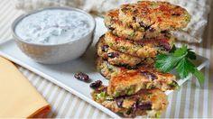 Quinoa je fantastická surovina, kterou nemusíte používat jen jako přílohu. Zkuste z ní udělat výborné křupavé placičky se svěžím koriandrovým dipem. Tahle forma přípravy bude mít úspěch i u dětí a strávníků s konzervativním přístupem k jídlu :)