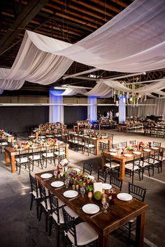 Ambientes mais industriais ou rústicos ficam mais delicados e românticos com a decoração de casamento com voal.