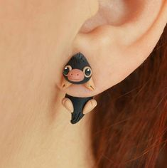 Niffler earring, Select 1 earring or a pair in ''quantity'') inspired in Fantastic beasts and where to find them (Harry Potter) Hello! this is an original earring of the cute beast Niffler. Made with polymer clay and ready to ship in less than one week. Harry Potter Schmuck, Bijoux Harry Potter, Objet Harry Potter, Mode Harry Potter, Harry Potter Memes, Harry Potter Products, Luna Lovegood, Harry Potter Bricolage, Diy Jewelry Inspiration