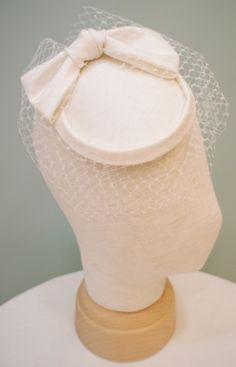 クロカンブッシュのONLINESHOPではリボンを使用したお小物が特に人気の模様です新作トーク帽をご紹介★リボントーク帽¥18.000+TAX(素材シルク...