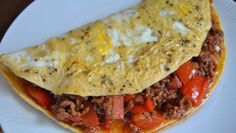 Paleo Mexikanisch - ganz ohne Weizen und Hülsenfrüchte. ➤ Wir packen lecker scharfes Chili con Carne in ein Omelette. ➤ Zum Frühstück, Lunch oder Abendessen.